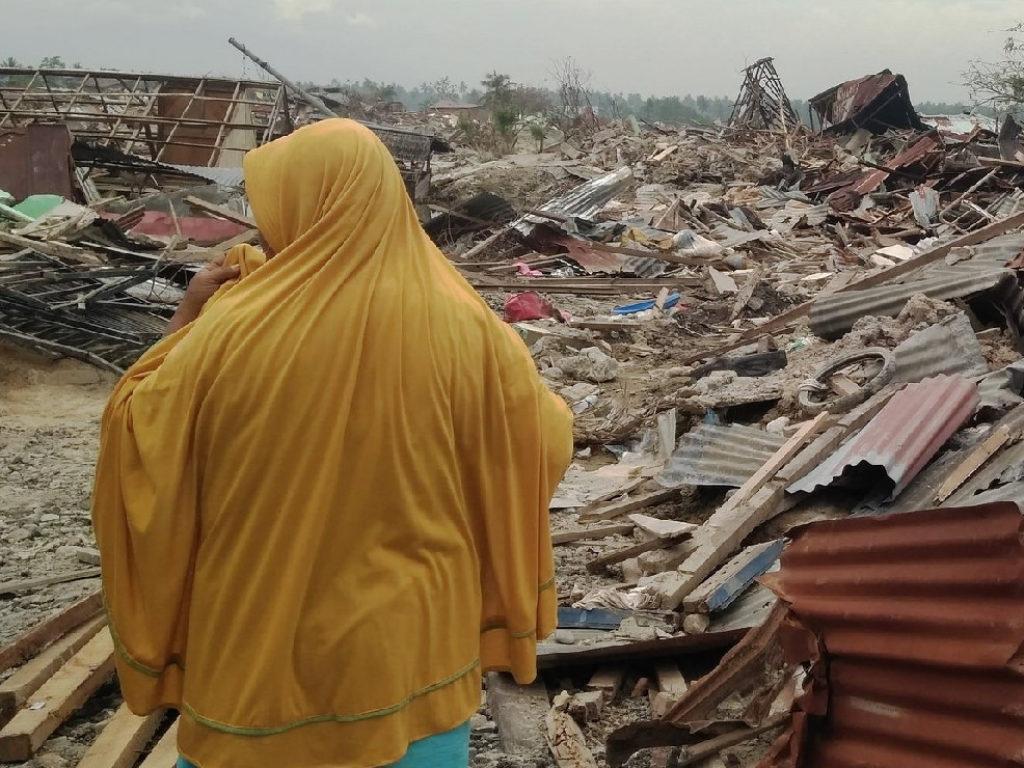 Cáritas Indonesia socorre a las víctimas del tsunami que arrasó las costas del Estrecho de Sonda.