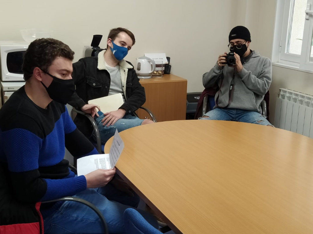 Alumnos de Periodismo de Leioa entrevistan al secretario general de Cáritas de Vitoria