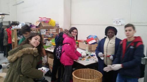 Visita de escolares de 2º de E.S.O.del Colegio Mercedarias a los talleres de reciclaje de ropa